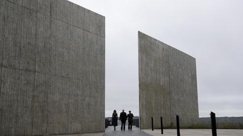 Donald Trump, sa femme Melania et le responsable des parcs nationaux s'avancent sur le site du mémorial aux victimes qui étaient à bord du vol 93, le 11 septembre 2001.