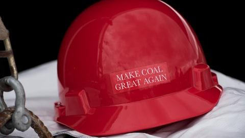 Un casque rouge de mineur sur lequel il est inscrit : « Make Coal Great Again » (Rendre sa grandeur au charbon)