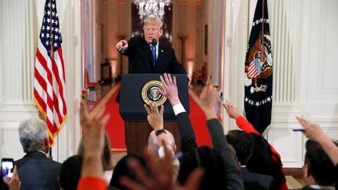 Donald Trump debout devant des journalistes.