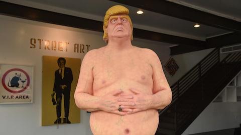 La dernière copie de « L'empereur n'a pas de couilles » est exposé dans une galerie d'art de Los Angeles avant les enchères.