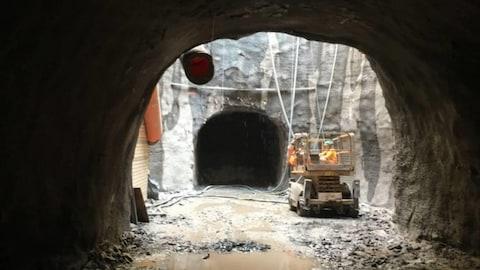 Des travailleurs de la construction dans un véhicule à l'intérieur d'un tunnel