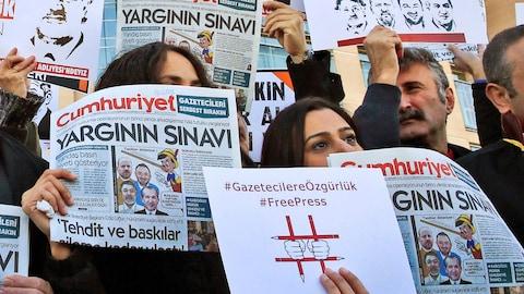 Un tribunal turc condamne à des peines de prison des collaborateurs du quotidien d'opposition Cumhuriyet pour aide à des organisations « terroristes »