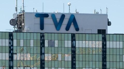 Logo bleu de TVA sur le toit d'un immeuble