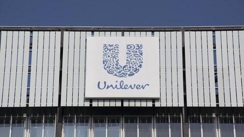Un bâtiment affiche le logo de la compagnie Unilever.