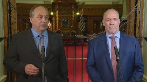 Andrew Weaver et John Horgan en conférence de presse