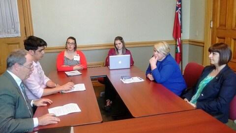 Des représentants d'associations francophones rencontrent les ministres Deb Matthews et Marie-France Lalonde.