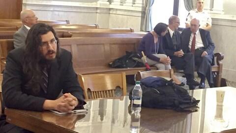 Un juge américain donne raison à un couple qui demandait l'expulsion de son fils chômeur (à gauche) de son domicile.