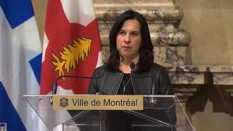 Valérie Plante répond aux questions des journalistes à l'hôtel de ville.
