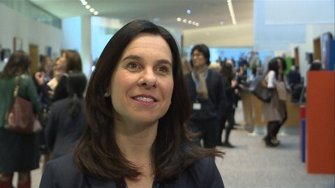 La mairesse de Montréal répond aux questions des journalistes à Paris.