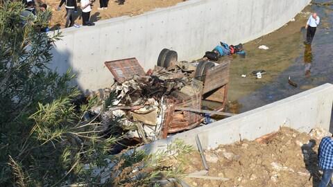 Un véhicule s'est écrasé dans le lit d'une rivière et a été sévèrement endommagé.