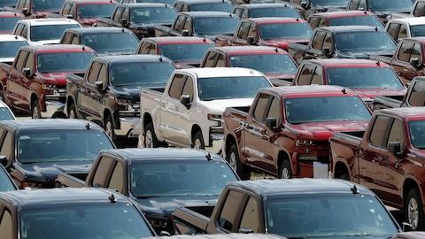 Des véhicules de GM assemblés et prêts à être livrés.