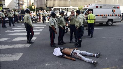 Le corps d'un homme gît dans la rue.