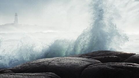 Hautes vagues près du phare de Peggy's Cove.