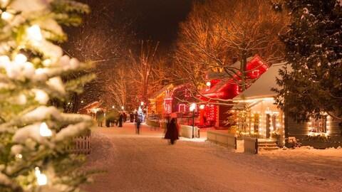Une rue du Village illuminé de Drummondville sous la neige