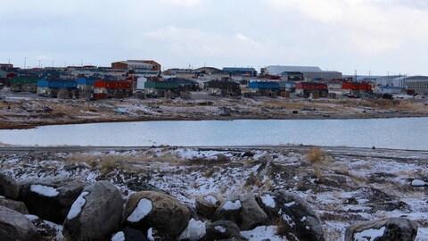 De petites maisons colorées sur la rive