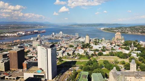 Vue aérienne de la ville de Québec et du fleuve saint-Laurent