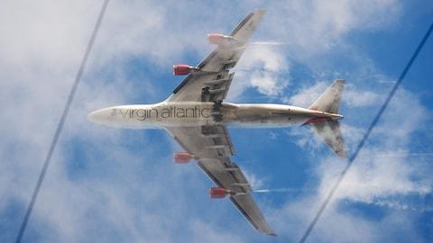 Un avion de la compagnie aérienne Virgin Atlantic, vu du sol.