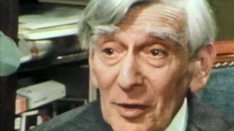 Gros plan sur le visage de Vladimir Jankélévitch qui parle.