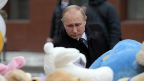 Le président russe Vladimir Poutine dépose des fleurs au mémorial érigé à la mémoire des victimes de l'incendie d'un centre commercial à Kemerovo, en Sibérie.