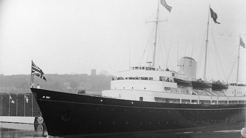 Navire royal Britannia sur le fleuve St-Laurent.