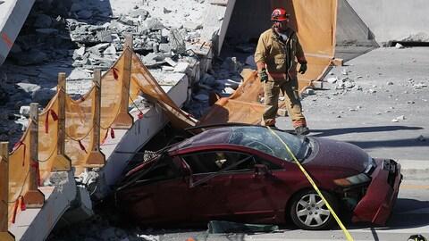 L'arrière d'une voiture écrasée par du béton.