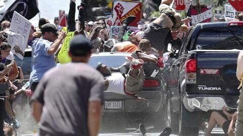 Un véhicule fonce dans la foule lors d'une manifestation antiraciste à Charlottesville, dans l'État de la Virginie, faisant plusieurs blessés