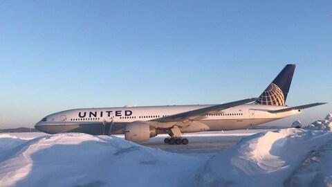 Le vol 179 de United Airlines sur la piste à Happy Valley-Goose Bay.