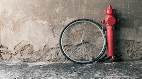 La roue d'un vélo volé