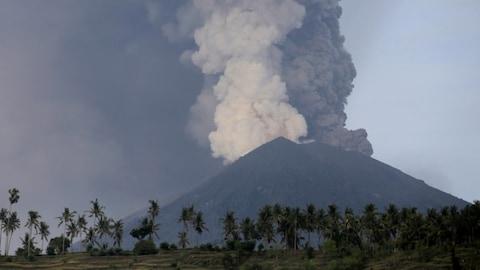 Le volcan Agung est des nouveau entré en activité samedi, sur l'île de Bali.
