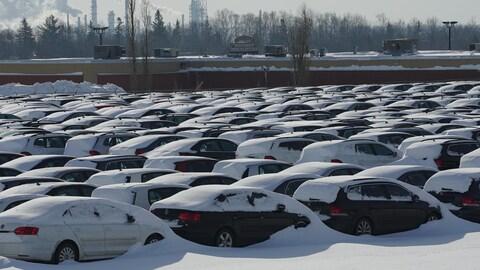 Des centaines de véhicules Volkswagen non conformes sont entreposés à Lévis.