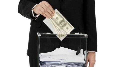 Homme qui met un bulletin de vote et de l'argent dans une boîte