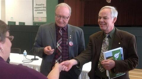 Le premier ministre de l'Île-du-Prince-Édouard, Wade MacLauchlan, flanqué du chef du Parti vert, Peter Bevan-Baker.