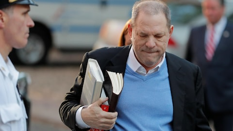 Harvey Weinstein à Manhattan transporte des documents à son arrivée au poste de police.