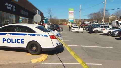 Les policiers dans le stationnement du centre commercial Woodlawn Plaza, à Dartmouth, le 23 avril.