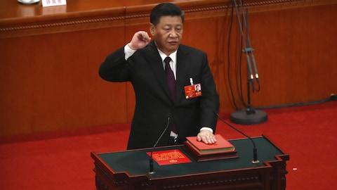 Xi Jinping se fait photographier alors qu'il prête serment à Pékin.