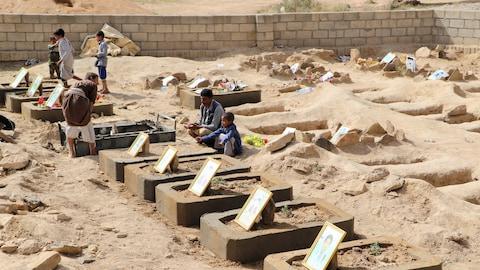 Abdullah al-Khawlani est assis près de la tombe de son fils Waleed, qui a été tué lors de l'attaque aérienne menée par les Saoudiens le mois dernier qui a fait des dizaines de victimes, dont des enfants à Saada, Yémen, le 4 septembre 2018.