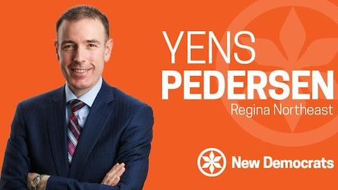 Yens Pedersen pose devant un fond orange. Il porte un costume bleu foncé  et croise les bras. Il a les cheveux bruns.