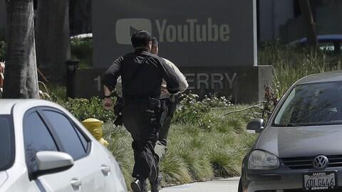 Des policiers accourent sur les lieux de la fusillade.