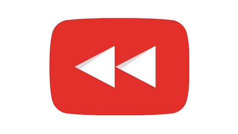 Le logo de YouTube Rewind, composé du symbole de rembobinage dans un rectangle arrondi rouge.