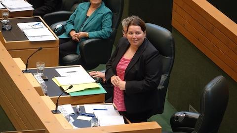 Kate White à l'Assemblée législative regarde la galerie