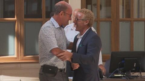 Le maire de Trois-Rivières Yves Lévesque rencontre le candidat de la CAQ Jean Boulet et lui fait une poignée de main chaleureuse.