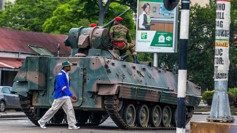 Un blindé de l'armée zimbabwéenne a pris position dans une rue de Harare, capitale du pays.