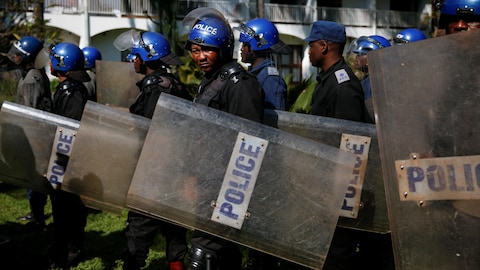 Des policiers antiémeute du Zimbabwe.