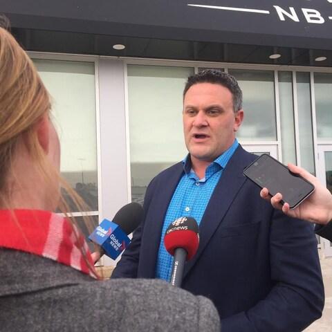 Mark Barbour, porte-parole de Cannabis NB, s'adresse à des journalistes.