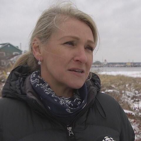 Natasha Bell répond aux questions du journaliste.