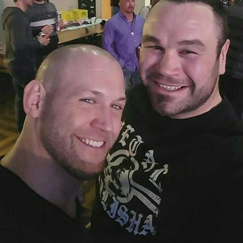 L'ancien compagnon d'entraînement de Tim Hague, Victor Valimaki (à gauche) prend la pose avec ce dernier.