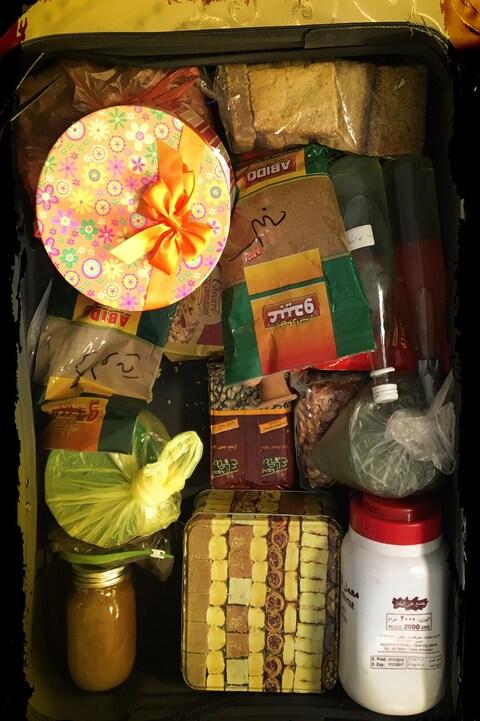 Une valise remplie d'une partie de la nourriture qu'Ahmed Daoud ramène quand il revient du Liban