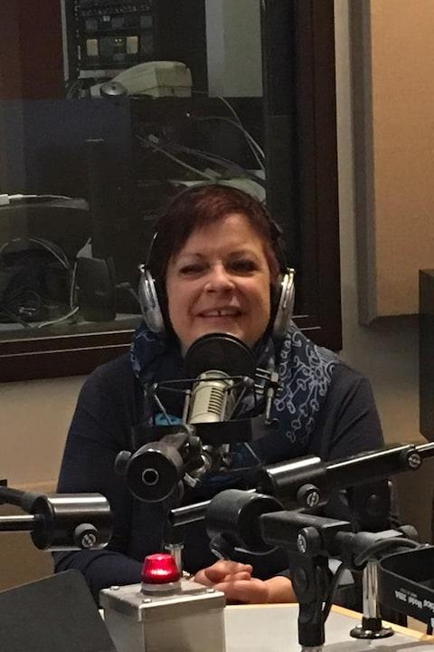 Caroline Joannisse devant un micro en entrevue à Radio-Canada.