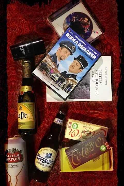 Différents objets que Christian Reyns glisse dans sa valise