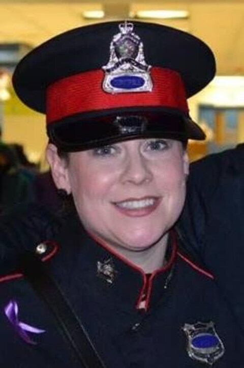 Kelley McIntyre en uniforme et souriante